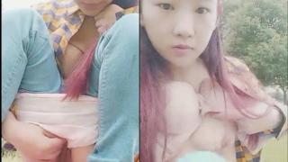 18歲小妹下午兩點到公園自拍露出 還大膽拿水果塞入妹妹做保養