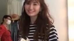 小嶋陽菜のパイパン大唇陰が見えてしまうマンチラ動画が公開される