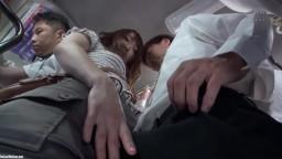 SW-663 満員バスで夫婦連れの奥さんのミニスカデカ尻に欲情して硬くなった僕のチ○ポ押し付けたら、旦那が横にいるドキドキスリルで発情した奥さんは思わずチ○ポを握りしめていた。その場でパンティずらして、こんな所で挿入していいいのかなー?!
