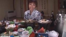 日本人熟女は夕食時に激しく犯された