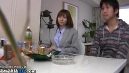日本の角質クーガーは若いモデルと遊ぶ
