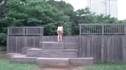 パイパン ルイ 公園で全裸